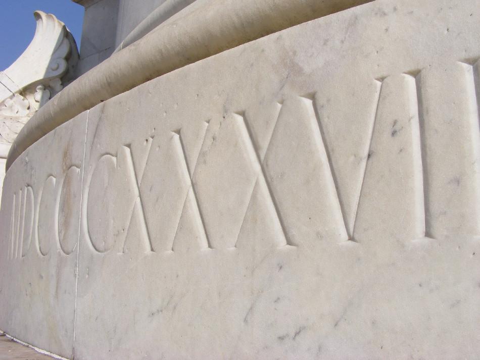 1837 em numerais romanos. Mármore.